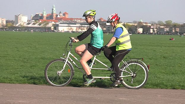 Nietypowi rowerzyści w Krakowie. 26-letni Bartłomiej pomaga niewidomym
