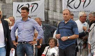 Ryszard Petru i Grzegorz Schetyna na manifestacji KOD.