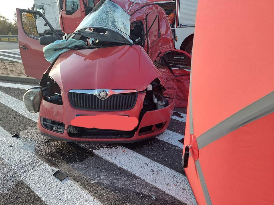 Śląskie. 21-latek na obwodnicy Siewierza zderzył się z ciężarówką.