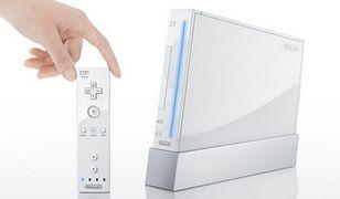 Nintendo Wii  No i kolejny raz Nintendo. Mówiąc o kultowych i przełomowych produktach branży gier, nie można pominąć najnowszego trendu, jakim jest wyciąganie gracza z wygodnego fotela i zmuszanie go do ruchu. Pierwszym kontrolerem, który wreszcie wypowiedział wojnę tkance tłuszczowej graczy jest Nintendo Wii. Dzięki nowym kontrolerom mogliśmy połączyć ruch z graniem. Dzięki wynalazkowi Japończyków świat zyskał nowe bary, w których konsumpcję łączymy z doskonałą zabawą przy konsoli wraz z grupą znajomych oraz setki filmów na YouTube pokazujących, że opaska na ręką, która ma zapobiegać wyślizgnięciu się kontrolera z dłoni ma sens i niejednokrotnie pozwala uratować telewizor przed kolizją z zamieniającym się w pocisk kontrolerem.