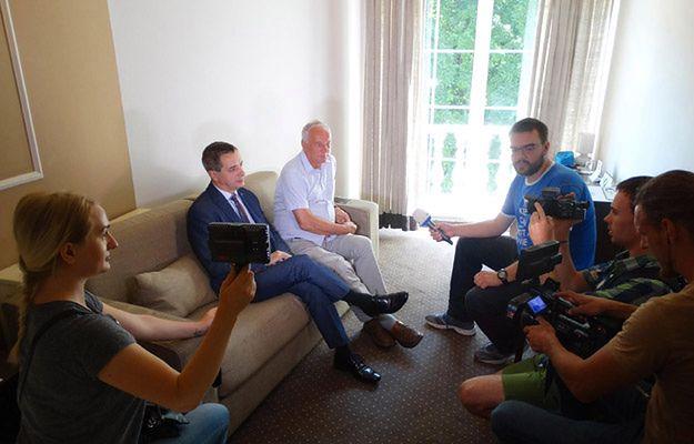Senatorowie Jerzy Wcisła i Jan Rulewski rozmawiają z dziennikarzami w hotelu