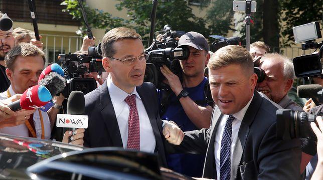 Mateusz Morawiecki w towarzystwie funkcjonariusza BOR