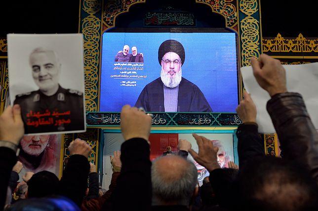 Zwolennicy Hezbollahu słuchają jednego ze swoich liderów, który składa cześć zabitemu generałowi Kasemowi Sulejmaniemu