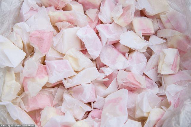 Pańska skórka to tradycyjny cukierek sprzedawany na Wszystkich Świętych. Poznaj przepis na pańską skórkę.