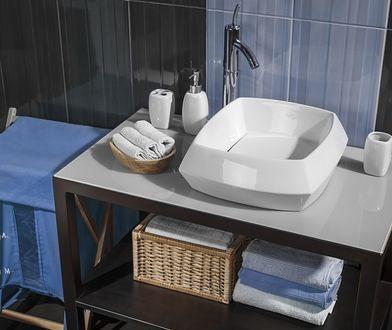 W nowoczesnej łazience spiszą się materiałowe worki oraz prawdziwy hit – organizery na kolorową i jasną odzież.