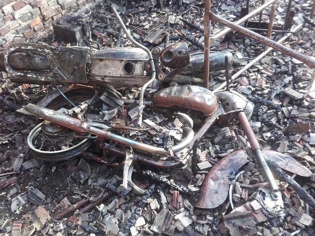 Pożar we wsi Rzęsna strawił m.in. kolekcję zabytkowych motocykli