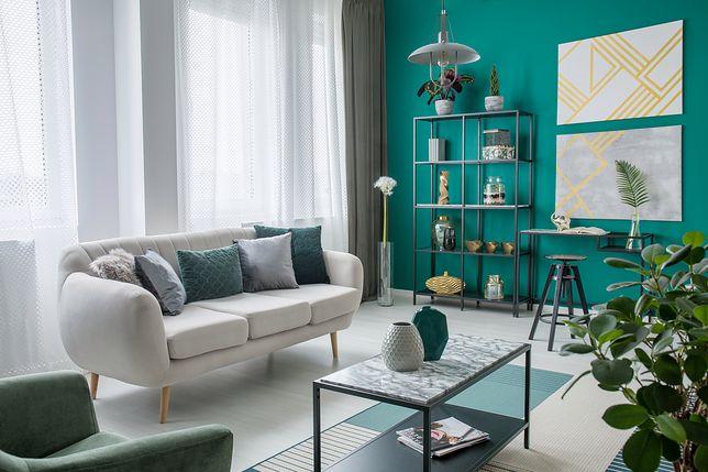 Aranżacja nowoczesnego salonu w bloku jest zazwyczaj inspirowana popularnymi stylami wnętrz: skandynawskim, industrialnym czy glamour