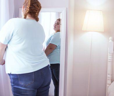 Kobieta w wieku 25 lat, o wzroście 170 cm i wadze 55 kg ma zapotrzebowanie kaloryczne na poziomie 1800 kcal.