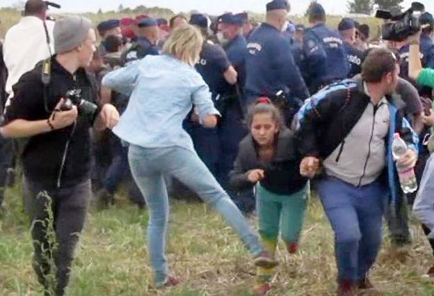 Postawiono zarzuty węgierskiej reporterce, która kopała imigrantów