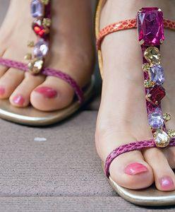 Pedicure hybrydowy na stopach. Wiemy, jak długo się trzyma