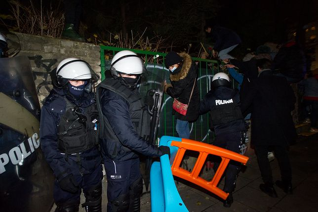 """Strajk Kobiet w Warszawie. Policja """"przejęła"""" zjeżdżalnię, żeby odciąć drogę ucieczki protestującym"""