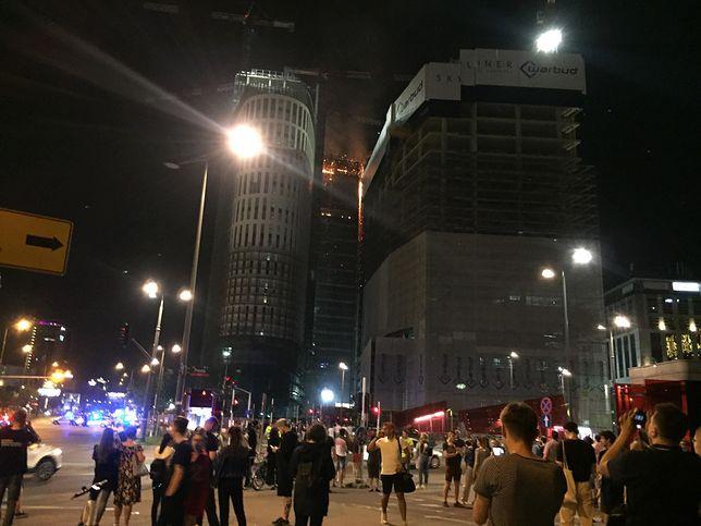 Ludzie obserwowali płonący budynek
