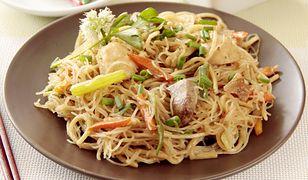 Makaron sojowy pasuje do wielu dodatków mięsnych i warzywnych.