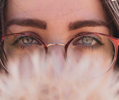 Jak malować brwi cieniem? Poznaj skuteczną metodę makijażu.