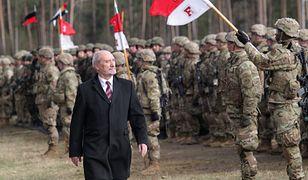 Żołnierze musieli stać w deszczu przez 7 godzin i czekać na spóźnionego Macierewicza