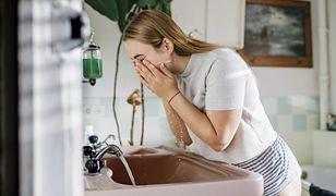 Jak prawidłowo umyć twarz? Wielu Polaków ma z tym nadal problem