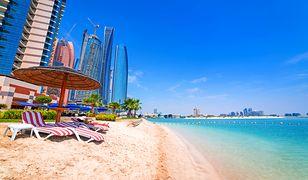 Plaże w Dubaju to unikalne połączenie miękkiego piasku i ciepłej wody z miejskim krajobrazem najwyższych wieżowców