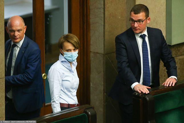 Wiceminister Paweł Szefernaker (pierwszy z prawej) chwali Jadwigę Emilewicz
