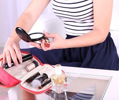 Kosmetyki mogą zabrać sporo miejsca w bagażu - warto ograniczyć je do minimum