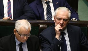Wicepremier Jarosław Gowin obok prezesa PiS podczas debaty w Sejmie