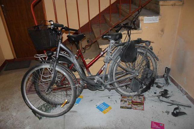 Szczecinek. Nastolatkowie w ramach zemsty na znajomym losowo podpalali drzwi wejściowe i rowery