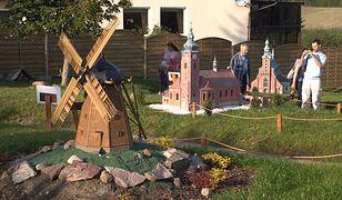 Eksponaty na terenie Kaszubskiego Parku Miniatur