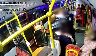 Jelenia Góra. Hulajnoga w autobusie. Dominik Tarczyński broni policjantów