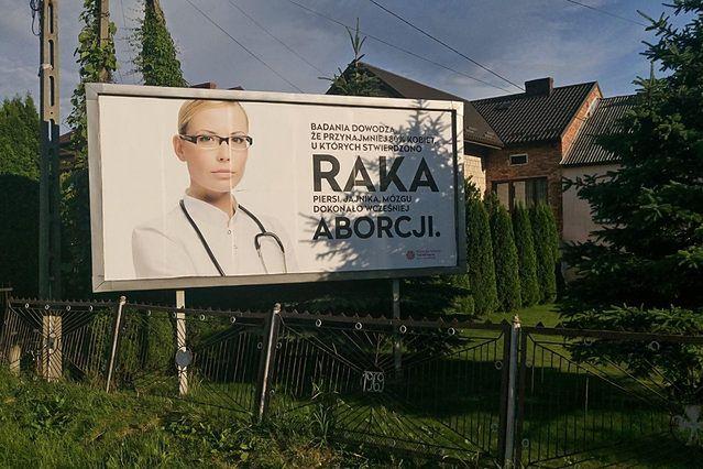 """""""Rak mózgu efektem dokonania aborcji"""". Szokujący billboard pod Krakowem"""