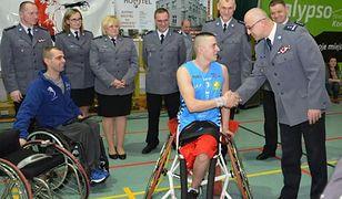 Policjanci z Konina zrobili zbiórkę na wózek sportowy dla lokalnego klubu koszykówki na wózkach
