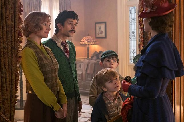 Film rozpoczyna się rok po tragedii, jaka dotknęła Michaela Banksa i jego dzieci