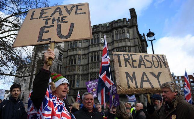 """""""Zdrada May"""" głosi transparent zwolenników brexitu ze skrajnie prawicowej partii UKIP"""