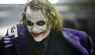 """A oto """"prawdziwy"""" Joker. Heath Ledger w roli Jokera. Kadr z filmu """"Mroczny Rycerz"""""""