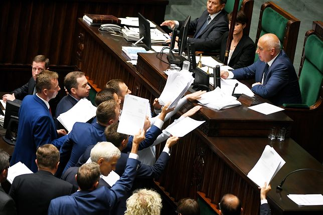 Posłowie opozycji zgłaszają poprawki do projektu ustaw