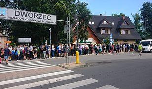 Kolejka przed dworcem autobusowym w Zakopanem