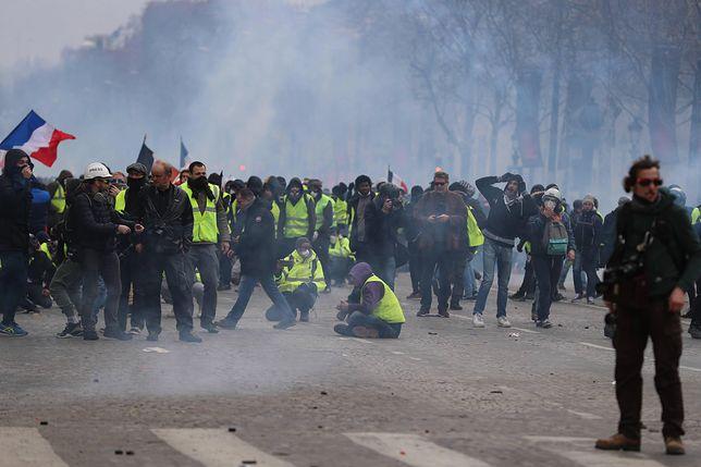 """Macron składa obietnice, """"żółte kamizelki"""" nie odpuszczają. """"Niech się poda do dymisji"""""""