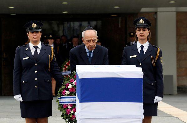 Szimon Peres przy trumnie Ariela Szarona