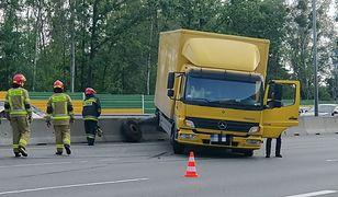 Warszawa. Wypadek na S8. Ciężarówka uderzyła w barierkę