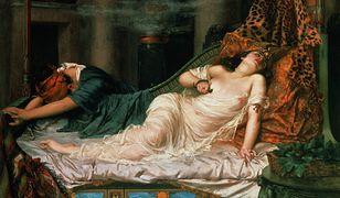 """Obraz """"Śmierć Kleopatry"""" Reginalda Arthura. Kleopatra była znana z zamiłowania do narkotyków. Popełniła samobójstwo zażywając ich mieszankę"""