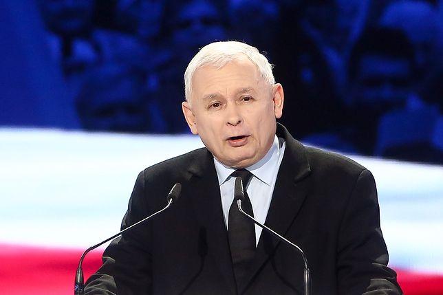 """Jarosław Kaczyński na konwencji PiS. To podczas niej  ogłoszono, że partia jest """"bijącym sercem Europy"""". Grudzień 2018 roku. Po niespełna miesiącu prezes będzie negocjował z największym eurosceptykiem UE."""