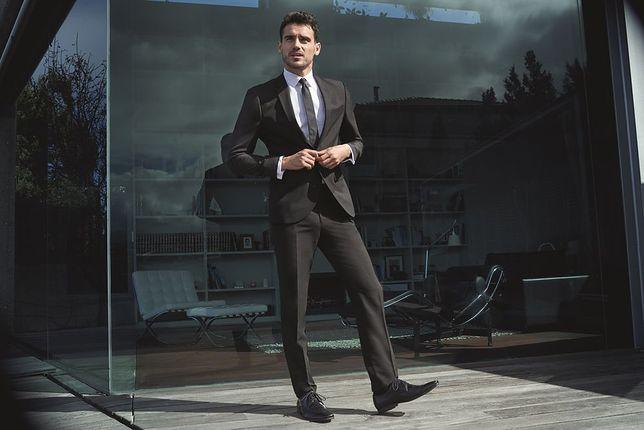 Klasyczny, ciemny garnitur i jasna koszula to podstawa eleganckiego stroju
