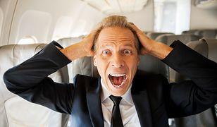 Zgodnie z procedurami obowiązującymi w samolotach, w chwili podejścia do lądowania, szczególnie w jego końcowej fazie, wszyscy powinni siedzieć na swoich miejscach z zapiętymi pasami