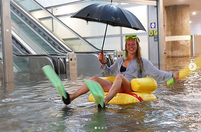 Dworzec kolejowy w Uppsali w Szwecji w wyniku silnych opadów deszczy został zalany. Niektórzy postanowili dobrze się bawić