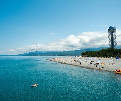 Czarnomorskie wybrzeże Batumi dysponuje piaszczystą plażą i własnym lotniskiem