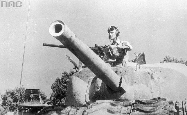 Ppłk Władysław Bobiński w czołgu M4 Sherman w trakcie walk o Ankonę, 1944 r.