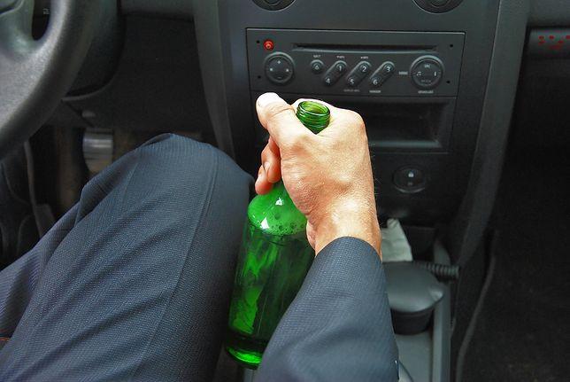 Kierowca pił za kółkiem, aby dotrzymać towarzystwa kolegom