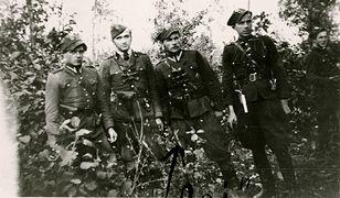 """Grupa partyzantów """"Roja"""". Pierwszy od lewej Ildefons Żbikowski """"Tygrys"""", trzeci """"Rój"""""""