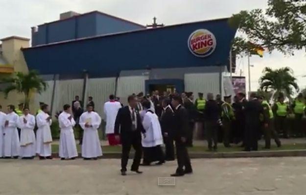 Papież przed mszą przebrał się w Burger Kingu