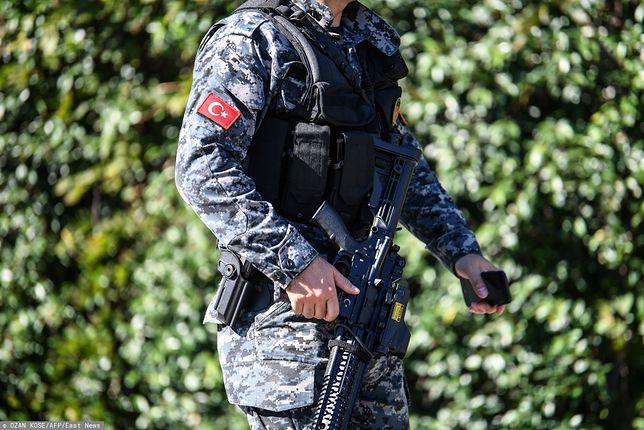 Turcja: Wjechał w ludzi na przystanku. Potem zaatakował ich nożem