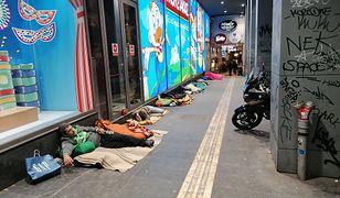Ateny. Turystka przerażona bezdomnymi na ulicy