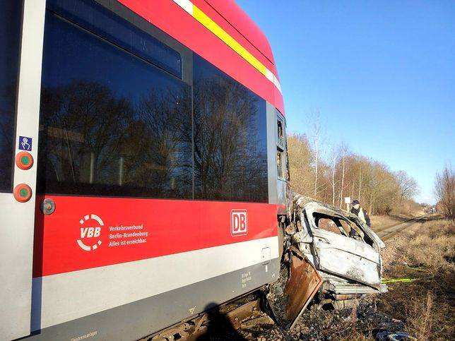 Pociąg zatrzymał się prawie 200 metrów za przejazdem